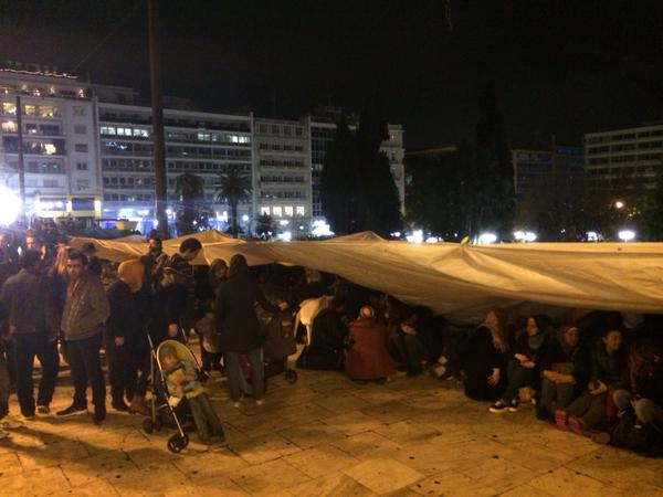 Syrian refugees prepare for their 19th night sleeping on Syntagma Square in central Athens (Photo: @NickBarnets/Twitter)